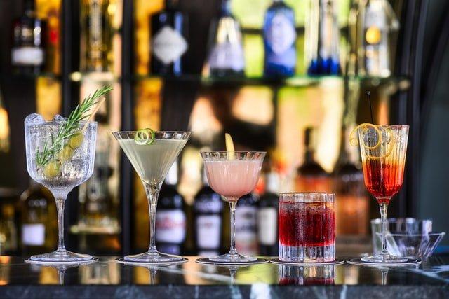 Kend dine cocktailglas – 5 forskellige slags til hjemmebaren