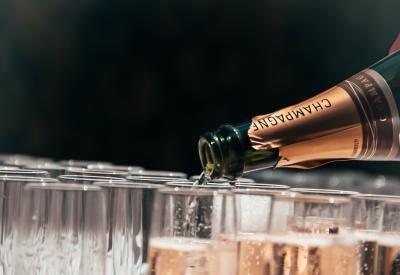 Åbn sommerens champagne med stil