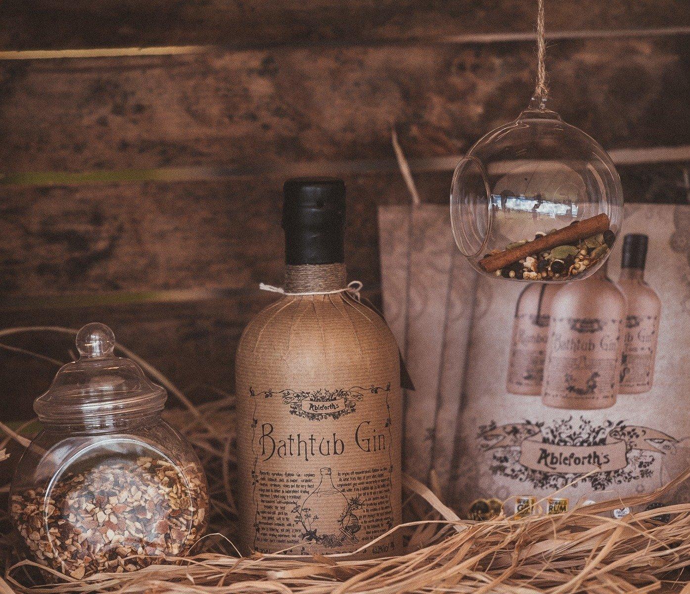 et billede med bathtub gin i en lade