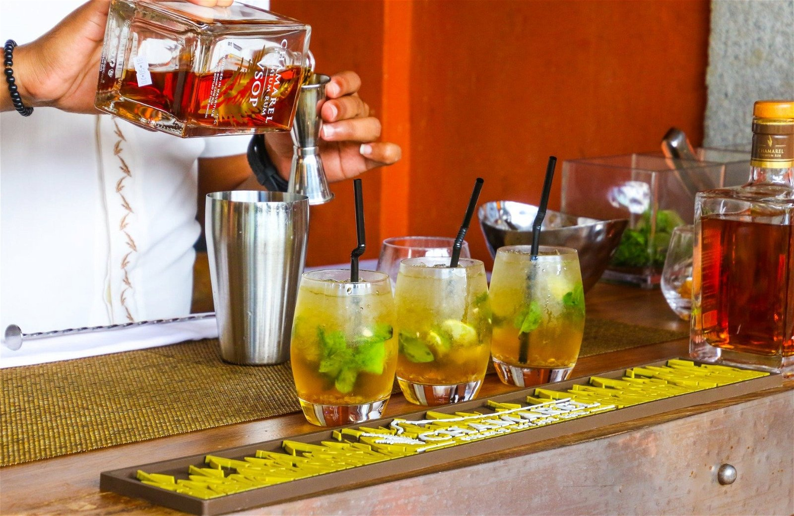 En bartender, der mixer dark and stormy
