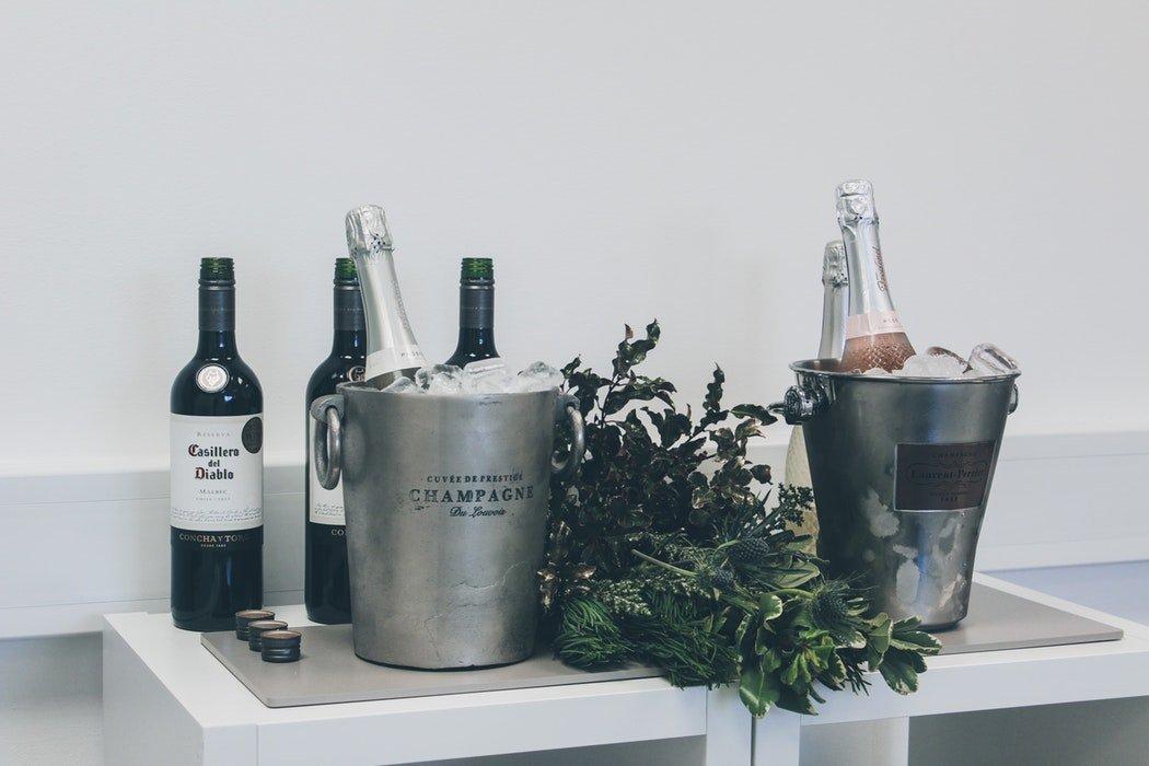 Et billede af en champagnespand