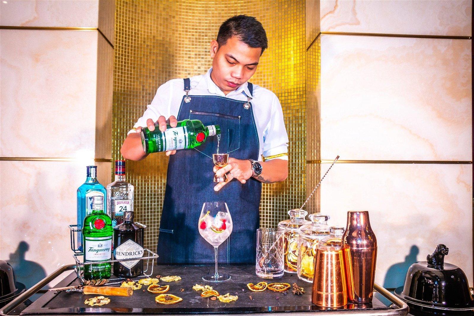 Bartender der mixer med gin