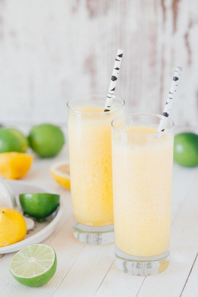 Billede af lemonade og flotte sugerør med lime