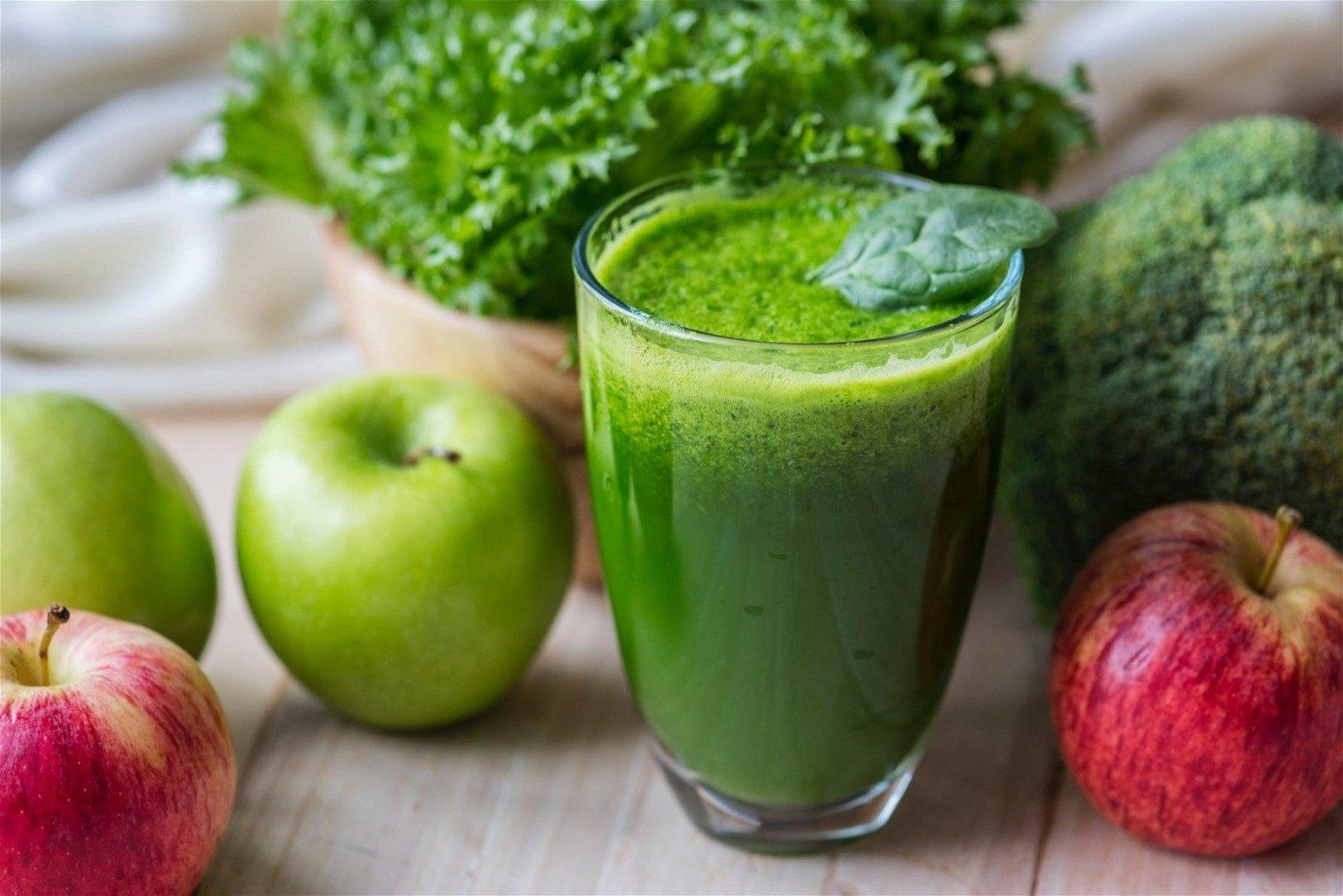 en smoothie af frugt og grønt