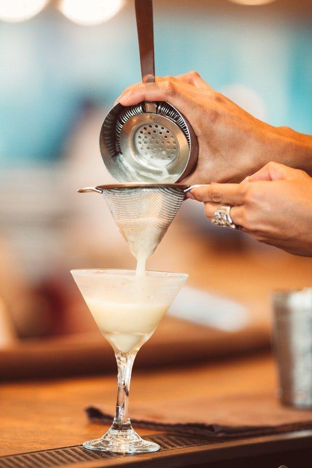 et billede af en strainer og en drink